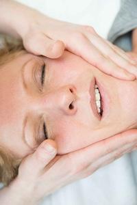 Kiefergelenkstherapie die sanft und nicht manipulativ, die sich auf den gesamten Körper auswirken kann.